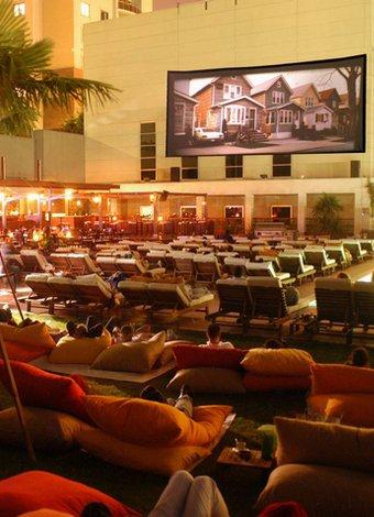 Yıldızların altında film keyfi için açık hava sinemaları Deniz Private Cinecity Trio Açık Hava Sineması
