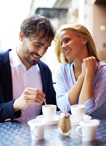 sevgili cift mutlu ask romantizm kahve bulusma