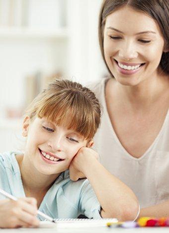 Çocuğun ders çalışmasını kolaylaştırmak için neler yapılmalı? anne cocuk ders 1