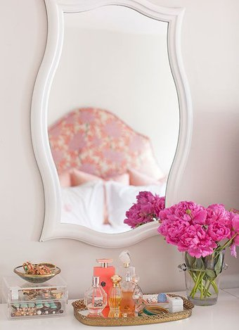 Makyaj masanızı güzelleştirmek için öneriler Taze çiçekler koyun