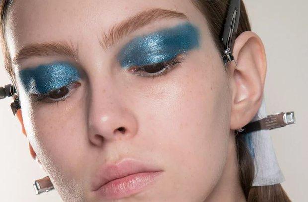 Metalik makyaj mavi far örneği