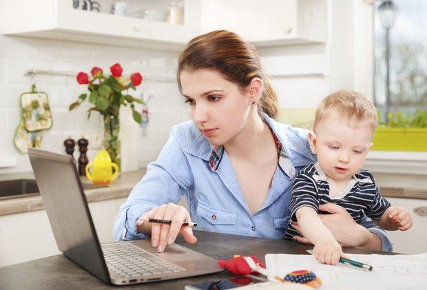 çalıişan anne bebek bilgisayar