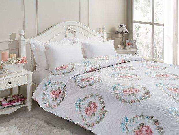 Çiçek desenli yatak örtüsü