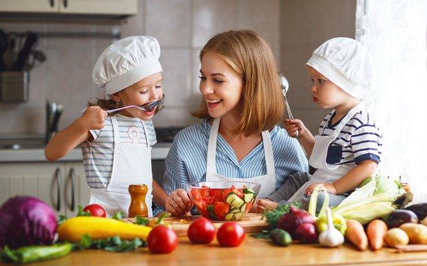 Doğal ebeveynlik - Anne ve çocukları mutfakta