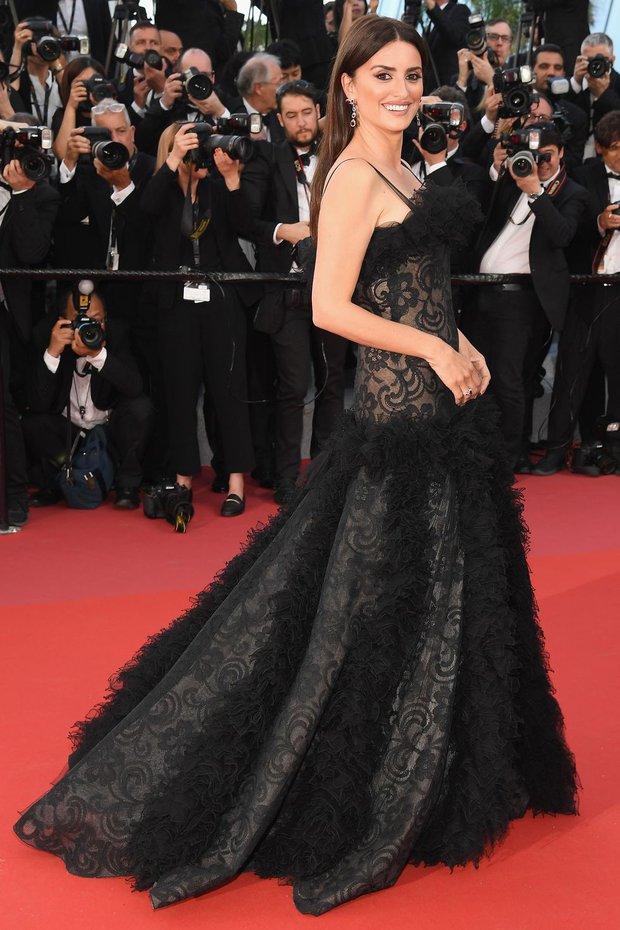Penelope Cruz Chanel siyah dantelli elbise