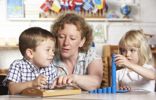 Çocukları ile oyun oynayan anne