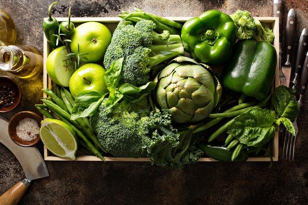 Koyu yeşil yapraklı sebzeler ve meyveler