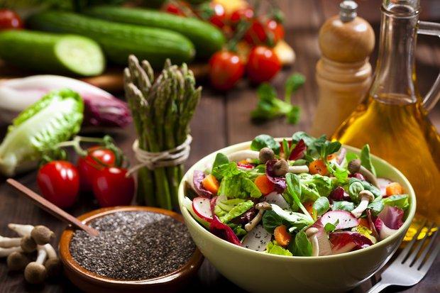 Yeşil salata ve kuşkonmaz