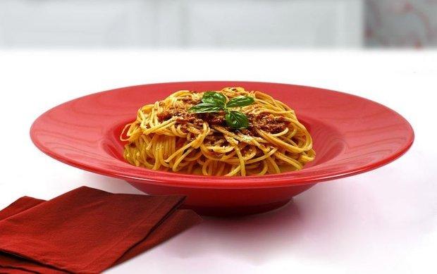 Kırmızı yemek tabağı - spagetti sunumu