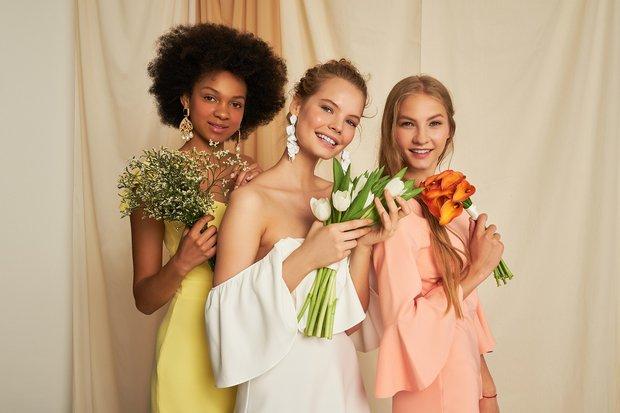 yaz düğünleri için davet elbisesi trendleri