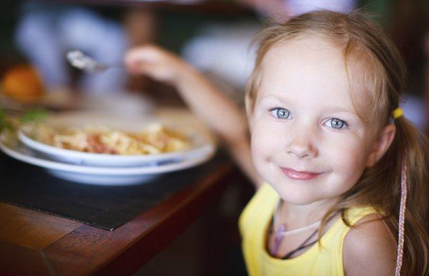 158174320 thinkstock mutlu cocuk restoran cocuk yemek cocuk beslenme mns