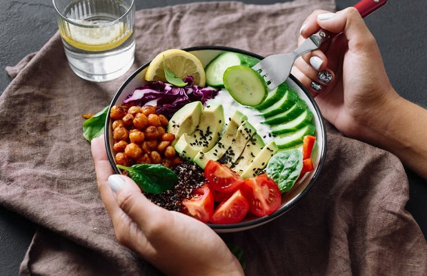 saglikli kase tabak beslenme salata avokado nohut