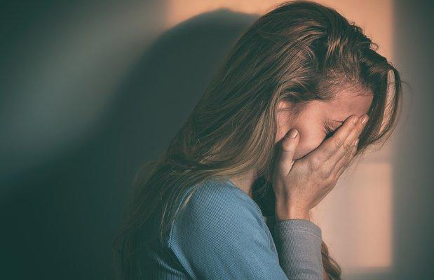 mutsuz depresyon yalniz kadin