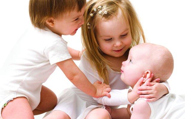 Kardeş kıskançlığını önlemek için ailelere öneriler