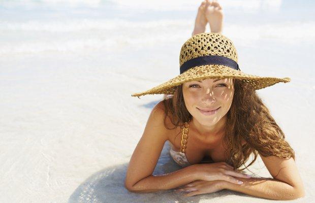 gunes kadin guzellik bronz guneslenme sapka tatil bikini