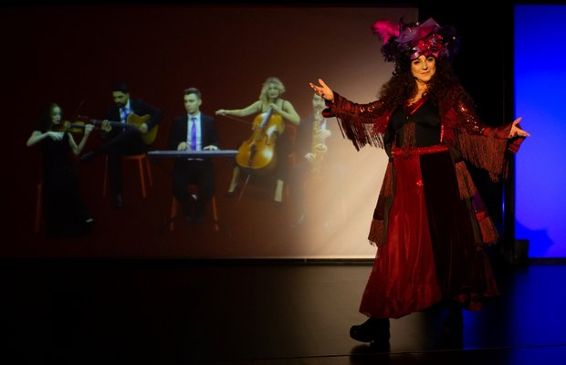 Derya Alabora ile Müzikli Oyun: Efsane Kadın