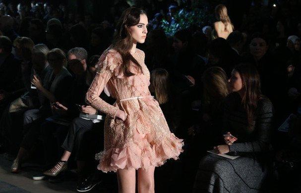 Yılbaşı gecesi için şık ve feminen elbiseler