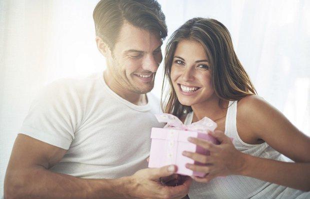 iliski ask evlilik hediye yildonumu sevgili mutlu cift istock