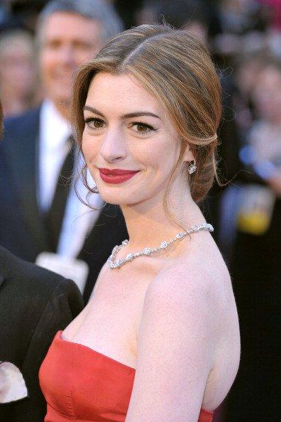 Oscar'ın gelmiş geçmiş en güzel saç ve makyajları anne hathaway sac 2